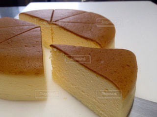 カットしたチーズケーキの写真・画像素材[729058]