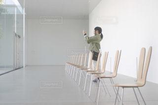 椅子と女性 - No.1186351