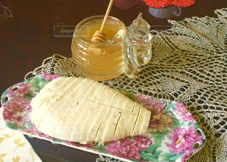 ハチミツとフレッシュチーズ in リトアニアの写真・画像素材[704277]