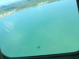 海に映る飛行機の影 in フロリダの写真・画像素材[706074]