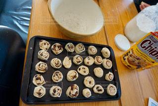 近くのテーブルの上に食べ物をの写真・画像素材[709956]