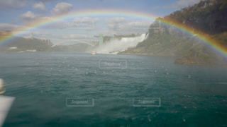 水の体の上の虹の写真・画像素材[710099]