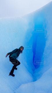 雪をスノーボードに乗る男覆われた斜面の写真・画像素材[724124]
