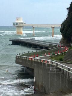 かつうら海中展望塔へ伸びる橋の写真・画像素材[1403298]