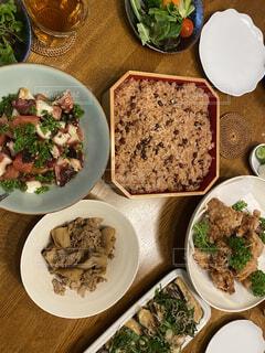 皿の上に異なる種類の食べ物で満たされたボウルの写真・画像素材[4723254]