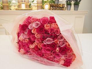 赤とピンクのバラの花束の写真・画像素材[735890]