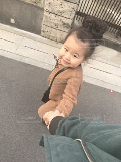 床に座っている小さな男の子の写真・画像素材[706601]