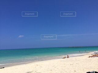 海の横にある砂浜に立っている人 - No.705402