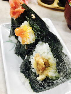 近くに寿司のプレートのアップ - No.745839
