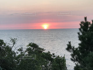いくつかの水に沈む夕日の写真・画像素材[753700]