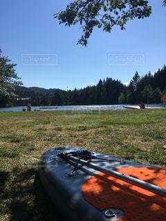 草の上に座ってボート カバー フィールドの写真・画像素材[707455]