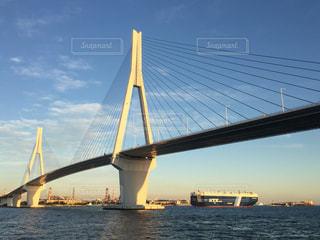 近くに水の体の上の橋の上の写真・画像素材[706452]