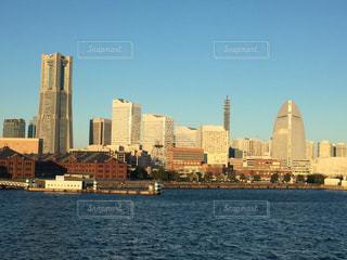 バック グラウンドで市と水の大きな体の写真・画像素材[706470]