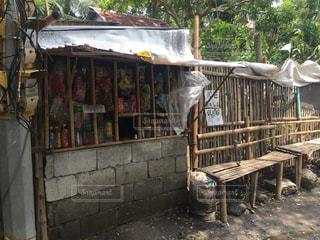 店の前のベンチに座っている人フィリピンの田舎の写真・画像素材[2344014]