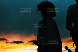 日没の前に立っている人のカップルの写真・画像素材[708161]