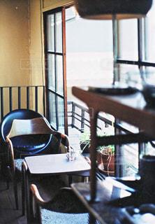 ダイニング ルームのテーブル ウィンドウの前での写真・画像素材[747207]