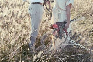 草の上に立っている人の写真・画像素材[2279081]