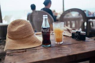 木製のテーブルの上のビールのグラスのクローズアップの写真・画像素材[2279575]