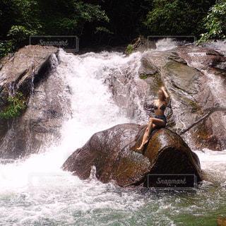 水の体の上の大きな滝の写真・画像素材[706984]