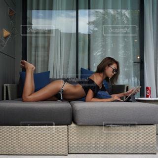 窓の前に座っている女性の写真・画像素材[706992]