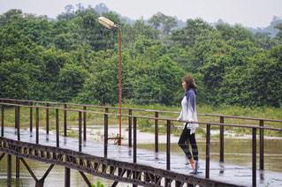 橋の上に立っている人の写真・画像素材[707026]