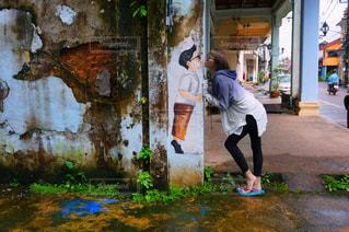 歩道に立っている人の写真・画像素材[707027]