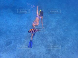 水のサーフボードで波に乗って少年の写真・画像素材[707037]