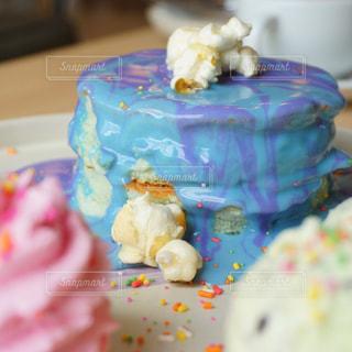 近くに誕生日ケーキをいくつかのトップのの写真・画像素材[707052]