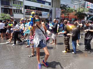 観衆の前で通りを歩く人々 のグループの写真・画像素材[707134]