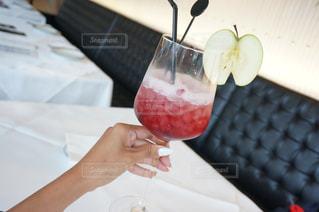 ワインのグラスを持っている手の写真・画像素材[707145]