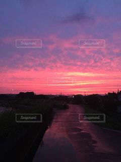 夕暮れ時の田舎の景色の写真・画像素材[713988]