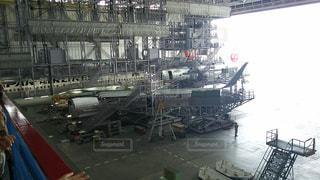 建物の上に座っている大型旅客機の写真・画像素材[708083]