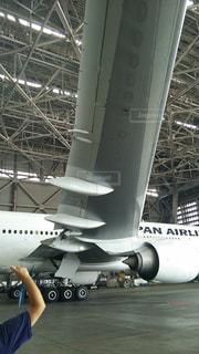 飛行機の前に立っている女性の写真・画像素材[708093]