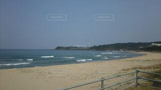 海の横にあるビーチの写真・画像素材[708108]
