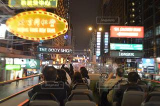 バス停に座っている人々 のグループの写真・画像素材[708646]