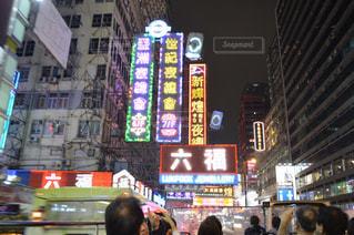 忙しい街の通りを歩いて人々 のグループの写真・画像素材[708648]