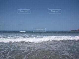 海で波に乗っている男の写真・画像素材[708683]
