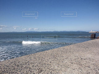 水の体の横にある砂浜のビーチの写真・画像素材[708689]