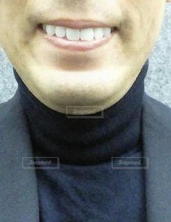 スーツとネクタイを着て、笑顔でカメラを見ている男の写真・画像素材[3150976]