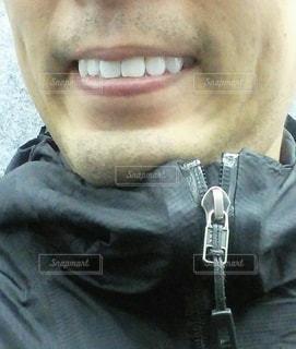 眼鏡をかけてカメラに向かって微笑む男の写真・画像素材[3150979]