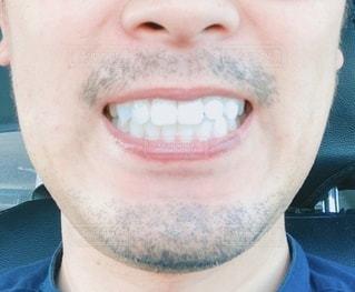 カメラに向かって微笑む男の歯並びの写真・画像素材[3330249]