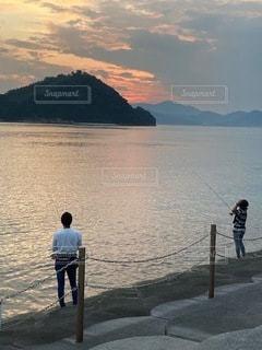 夕方釣りを楽しむ親子の写真・画像素材[3502377]
