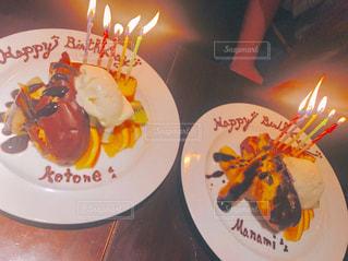 キャンドルとバースデー ケーキで食品のプレートの写真・画像素材[707746]