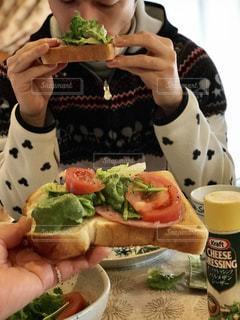 オープンサンドイッチを食べる人の写真・画像素材[1065058]
