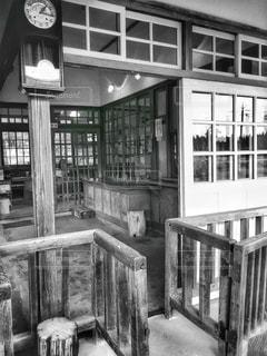 木製のフェンスの黒と白の写真の写真・画像素材[759486]