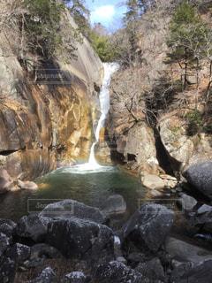 岩が多い崖の上の大きな滝の写真・画像素材[1083147]