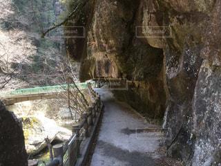 岩の壁の横にある大きな滝の写真・画像素材[1083148]