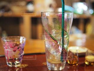 テーブルの上に水のガラスの写真・画像素材[709502]