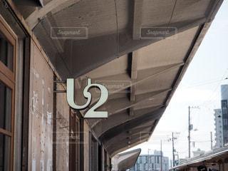 電車は建物の脇に駐車します。の写真・画像素材[709620]
