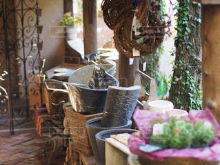 テーブルの上の花の花瓶の写真・画像素材[709878]